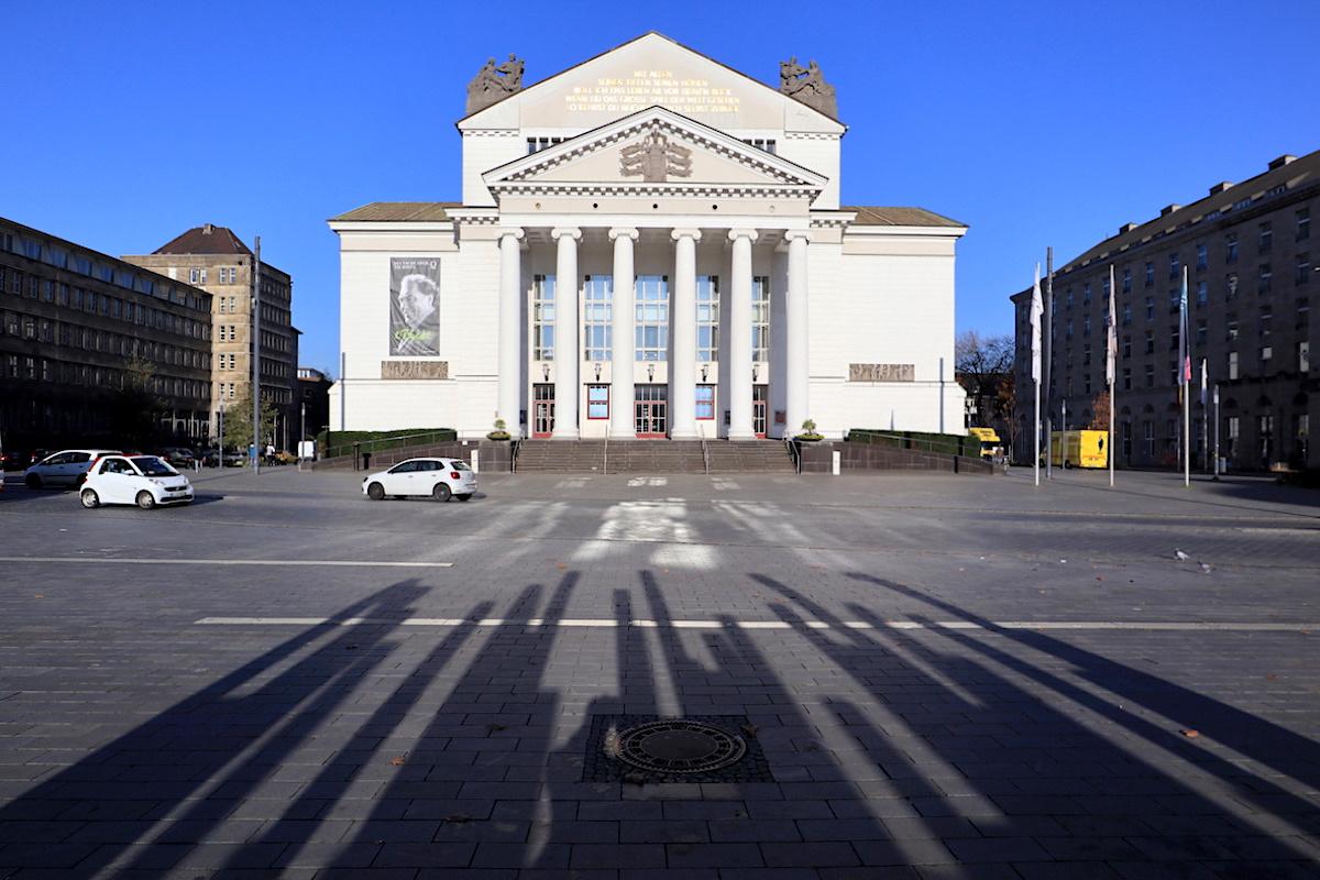 Duisburg Deutsche Oper am Rhein © Jan Dimog. Strahlend weiß: das zentral gelegene Theater Duisburg am Opernplatz.