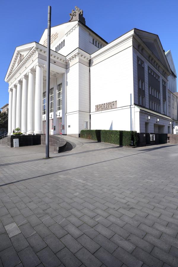 Deutsche Oper am Rhein. Die Tempelarchitektur außen verband Stadtbaudirektor Siegfried von Tiling mit ...