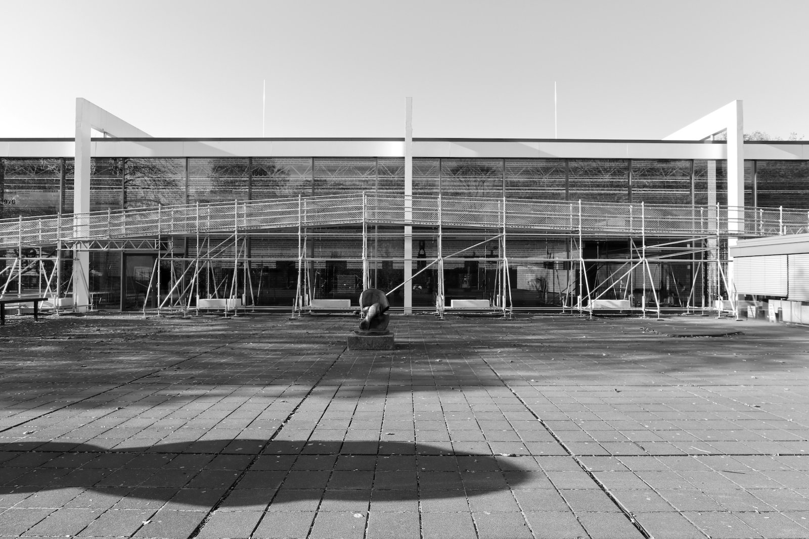 Lehmbruck Museum. Die Große Glashalle und den Lehmbruck-Trakt entwarf Manfred Lehmbruck (1964), der Sohn von Wilhelm Lehmbruck, Bildhauer, Grafiker und Namensgeber des Museums.