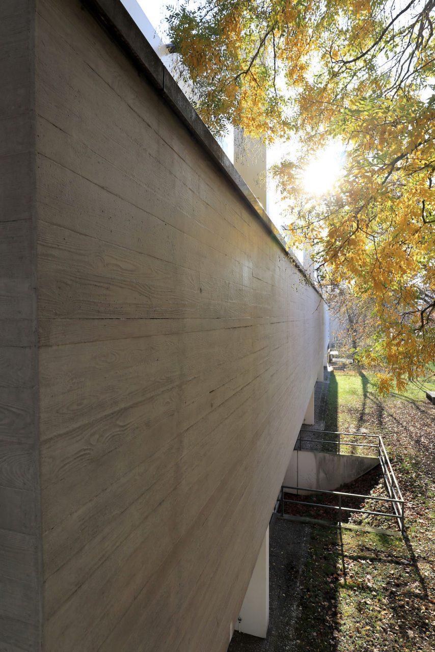 Lehmbruck Museum. Die Betonfassade des Kubus an der Düsseldorfer Straße abseits des Immanuel-Kant-Parks.