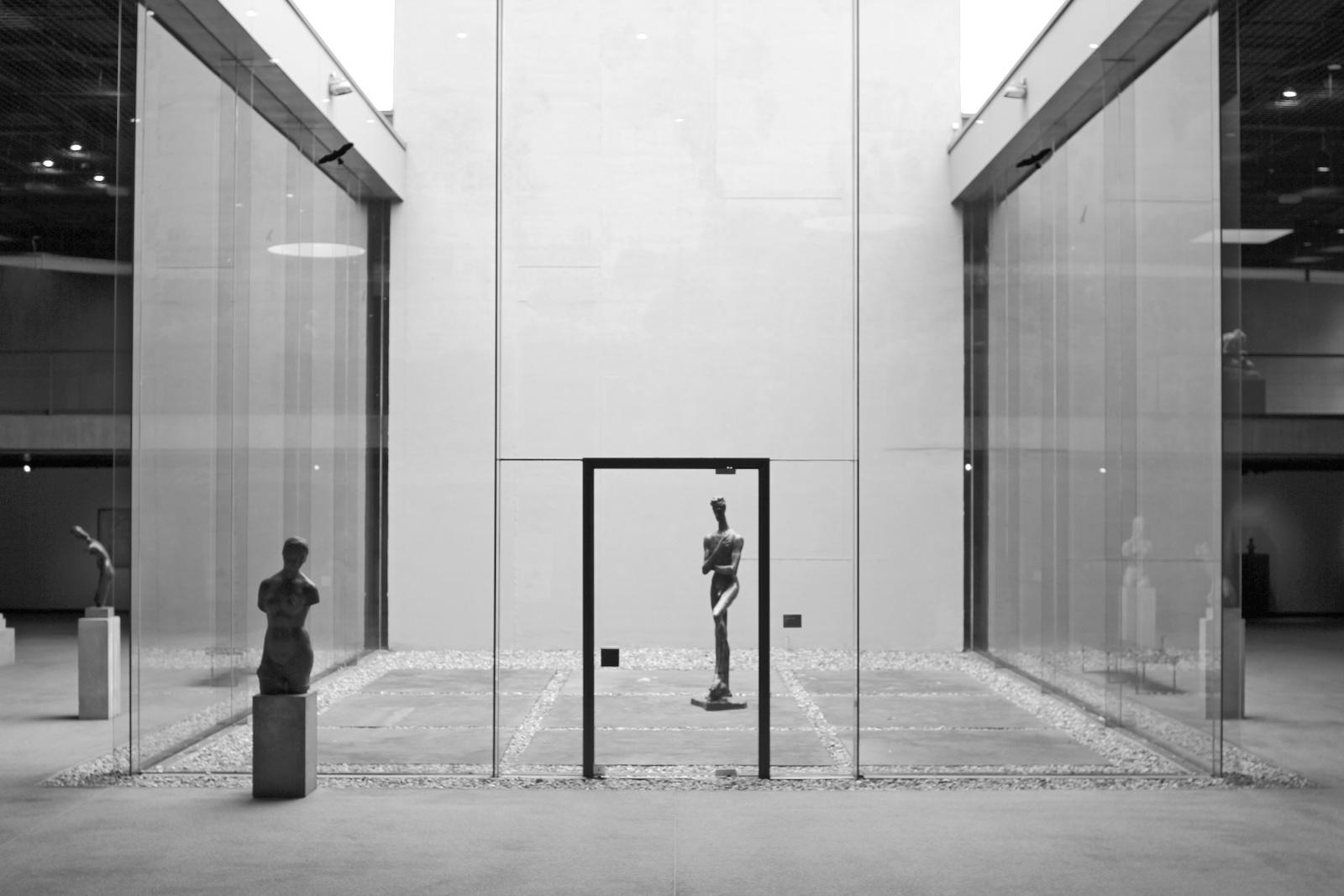 Lehmbruck Museum. Der Lehmbruck-Trakt ist ein nach innen gerichteter Stahlbetonbau mit mehreren Galerieebenen.