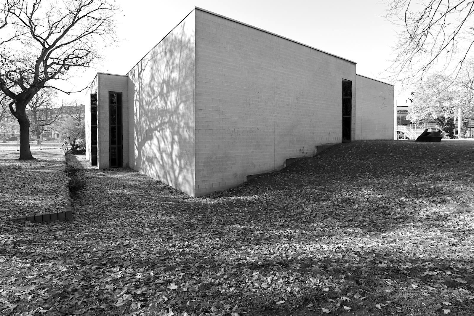 Lehmbruck Museum. Für die Erweiterung 1987, ebenfalls von Manfred Lehmbruck, löst er sich von der strengen Anordnung seiner rechtwinklig zueinander stehenden Kuben von 1964.