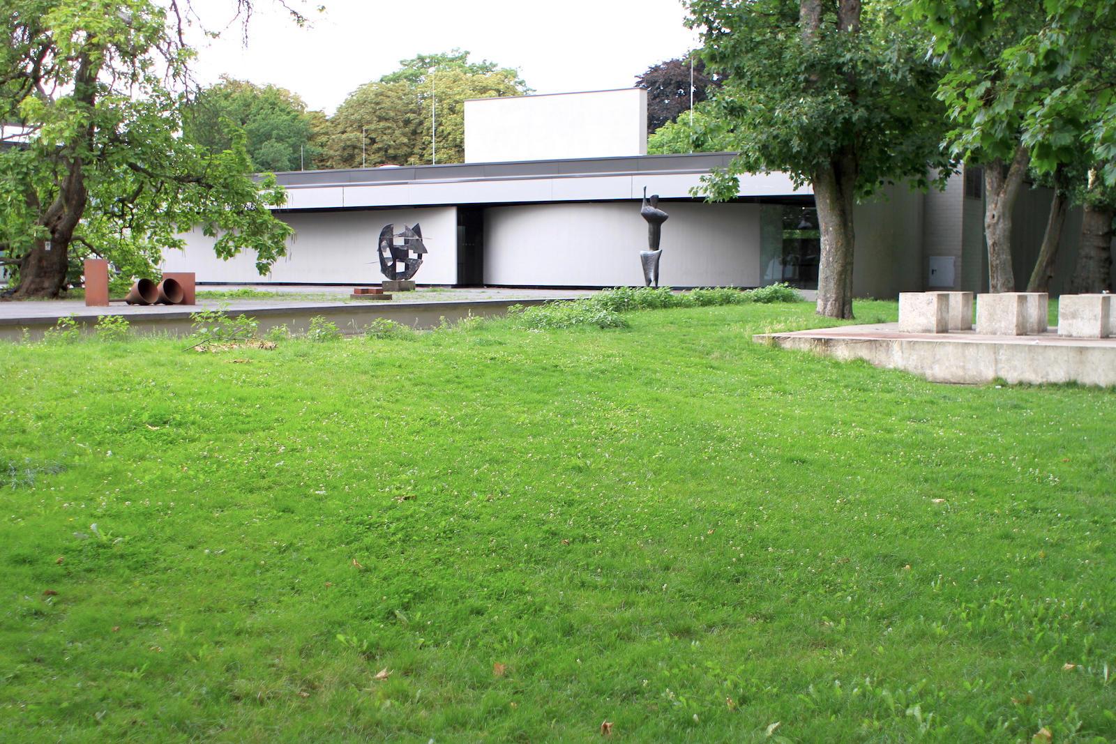 Lehmbruck Museum. Ein Skulpturenpark und eine Baukunst, die stellvertretend für die Entwicklung der Museumsarchitektur in Duisburg steht.