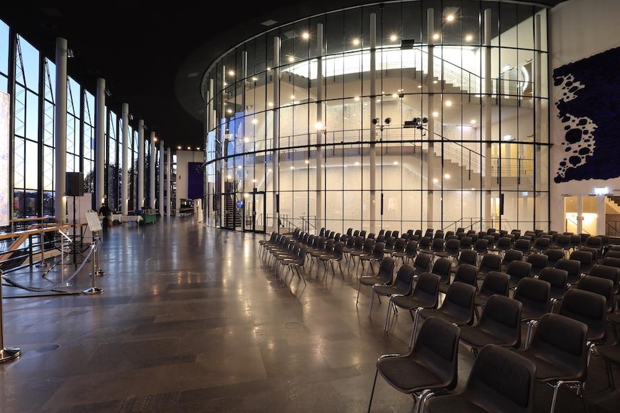 Musiktheater im Revier. ... die Gestaltung des Theaters, darunter seine wandhohen blauen Reliefs, hier beim Glaszylinder.