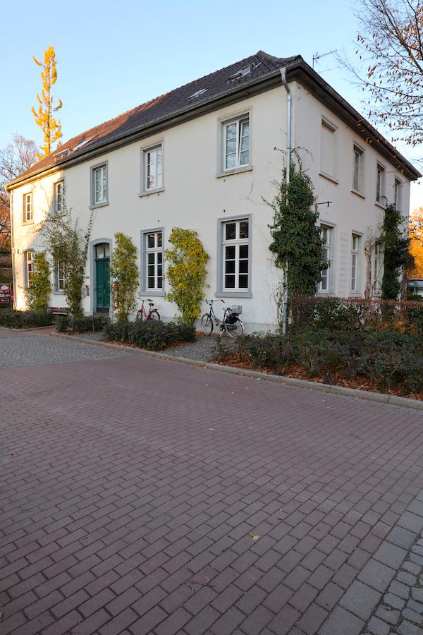 Schlosstheater Moers. Das Schlosstheater inszeniert an inzwischen sieben Spielorten, hier das Studio in unmittelbarer Nähe zum Schloss.