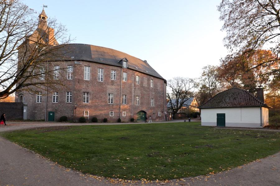 Schlosstheater Moers. Seit 1975 ist das Schlosstheater Teil des Komplexes.