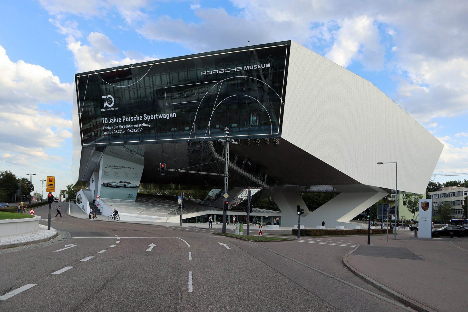 Porsche Museum. Das Gebäude besteht aus einem Basement mit ...