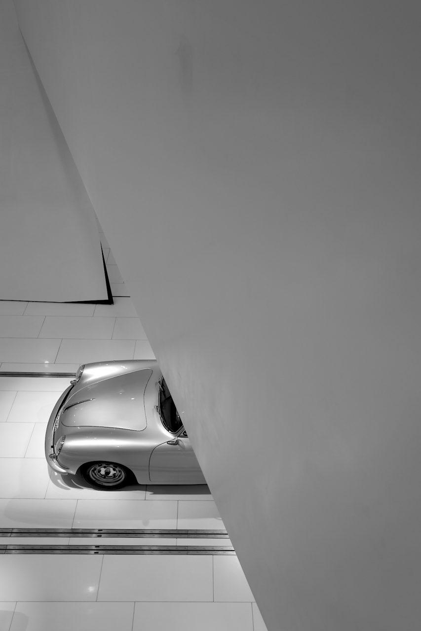 Porsche Museum. In der Ausstellung sind um die 80 Fahrzeuge und 200 Kleinexponate zu sehen.