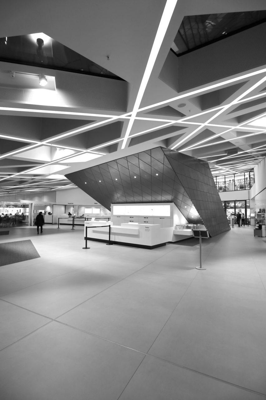 Porsche Museum. Der Eingangsbereich: links geht es zum Café Boxenstopp, rechts zum Museumshop.