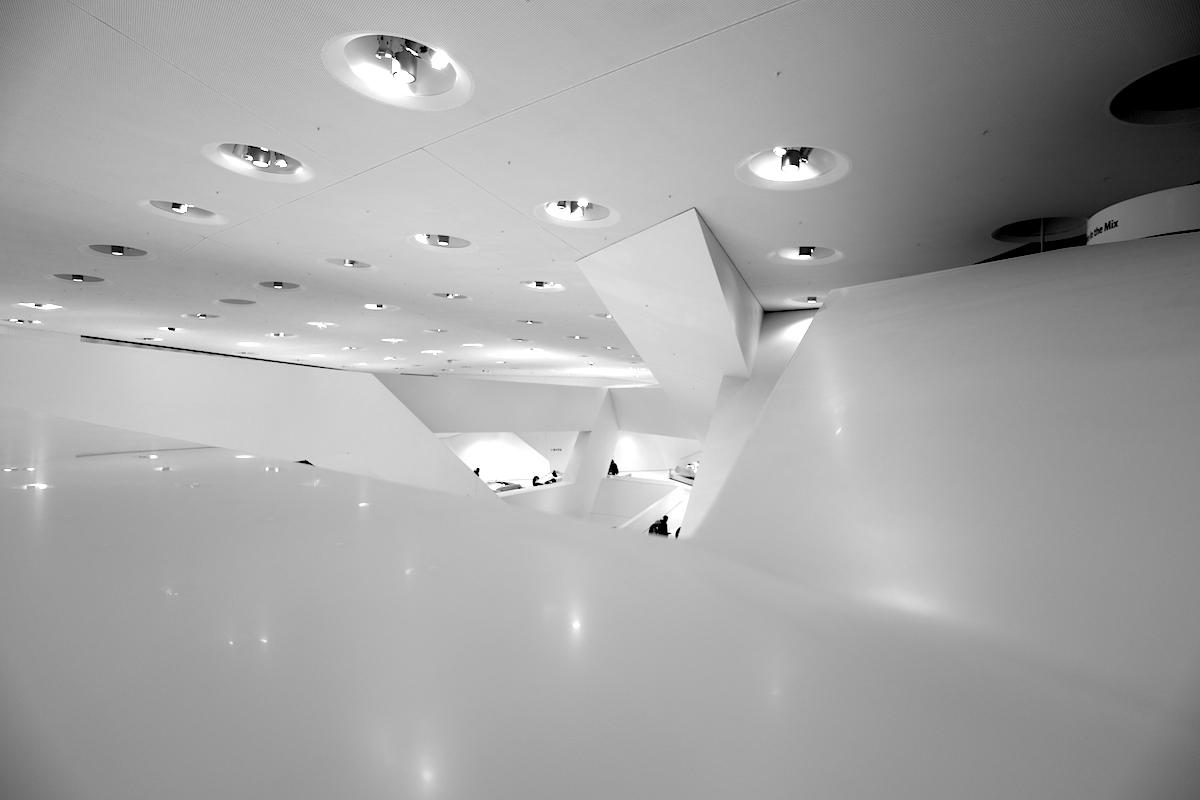 """Porsche Museum. Auf diesen drei Kernen liegt der """"Flieger"""", das Ausstellungsgebäude mit 35.000 Tonnen Gewicht und einer Länge von 150 Metern."""