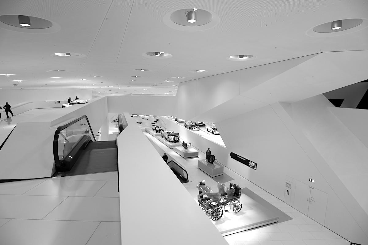 Porsche Museum. Oberhalb des Basement befinden sich drei Kerne mit den Aufzügen und den Stützen in Y-Form.