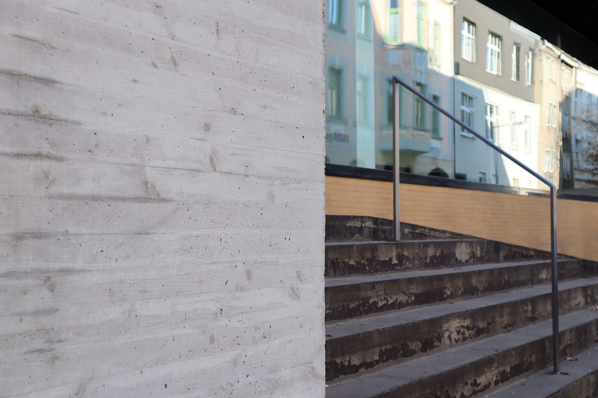 Museum DKM. Das Foyer ist zum Straßenraum hin großflächig verglast.
