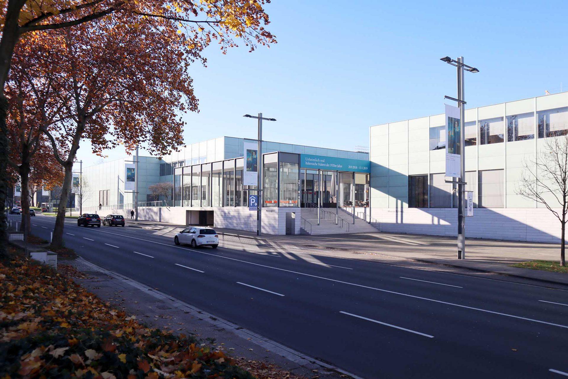 Museum Folkwang. Chipperfields Neubau ergänzt den denkmalgeschützten Altbau von 1960. Eine großzügige Freitreppe führt in einen offenen Hof mit Café und Restaurant, der durch eine Glasfassade zur Straße hin geschützt ist.