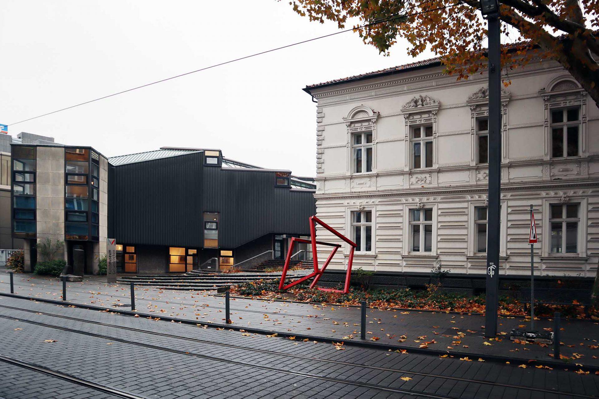 Kunstmuseum Gelsenkirchen. Der 1984 errichtete Anbau wurde nur teilweise realisiert und erweitert die gründerzeitliche Pöppinghaus-Villa.
