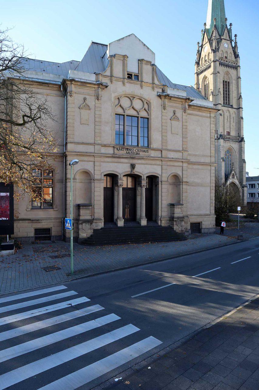 Osthaus Museum. Der Frauenkopf aus Sandstein über dem Haupteingang ist eine Schenkung Milly Stegers anlässlich des zehnjährigen Jubiläums des Hauses. Die Bildhauerin hatte auch die vier überlebensgroßen Frauen-Statuen an der Fassade des Hagener Theaters geschaffen.