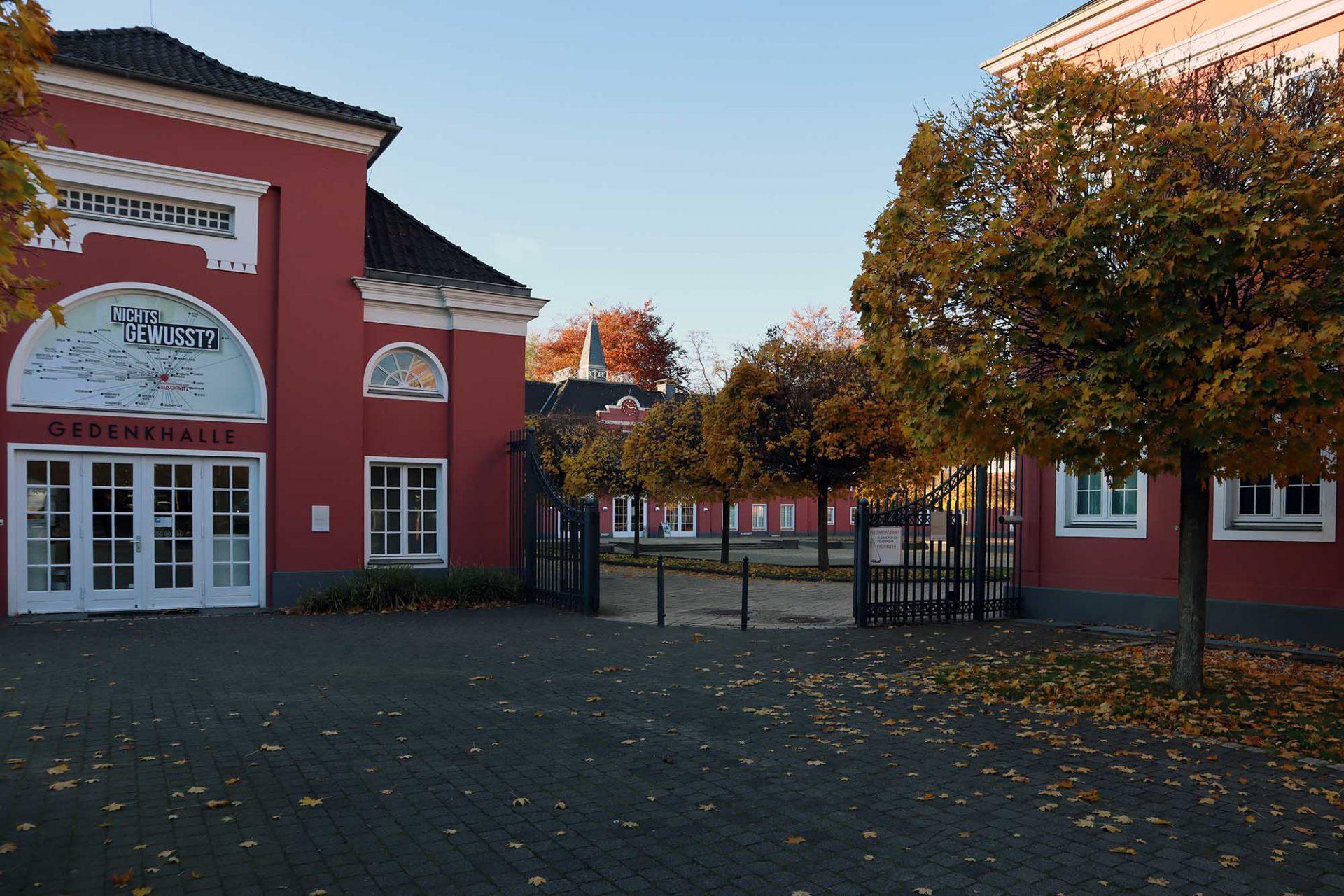 Ludwiggalerie Schloss Oberhausen. Auf der ehemaligen Schlossanlage befinden sich heute die Gedenkhalle mit die Gedenkstätte für die Opfer des Nationalsozialismus, die Schlossgastronomie Kaisergarten und die Ludwiggalerie Schloss Oberhausen.