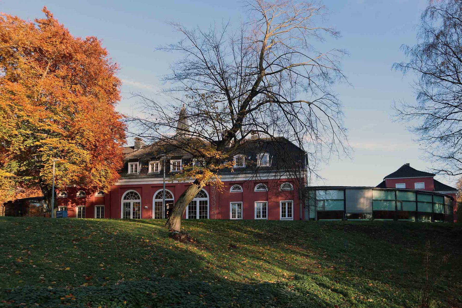 Ludwiggalerie Schloss Oberhausen. Die Anlage liegt inmitten des historischen Kaisergartens mit dem größten Tierpark des Ruhrgebiets.