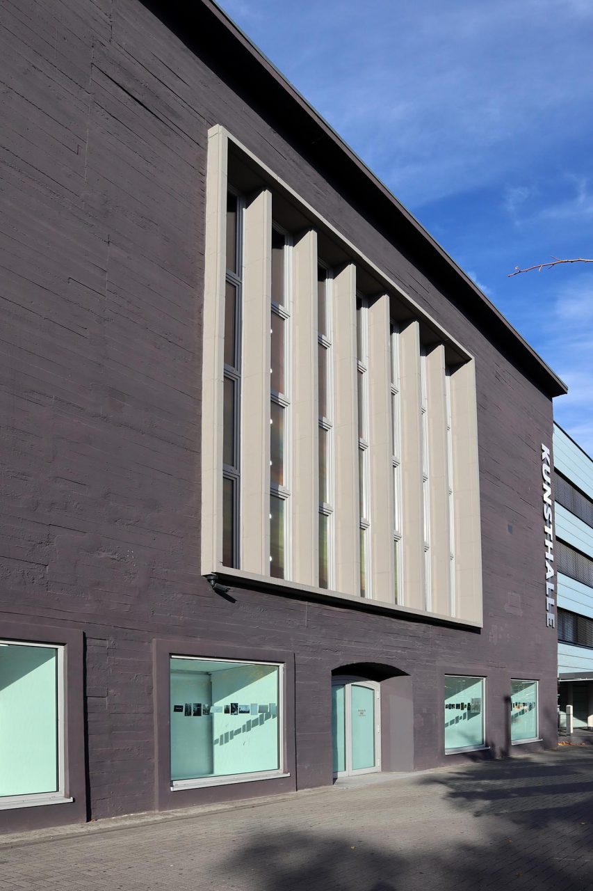 Kunsthalle Recklinghausen. Die Plastizität des ehemaligen Hochbunkers ist auch noch in der Häuserzeile ablesbar.
