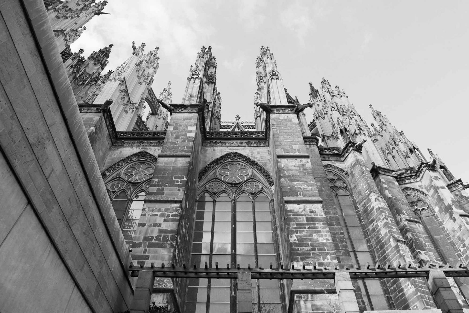 Dombauhütte Köln. Mit Blick hinauf zum Hohen Dom macht es ihn stolz, ein Teil der Hüttenbautradition zu sein.