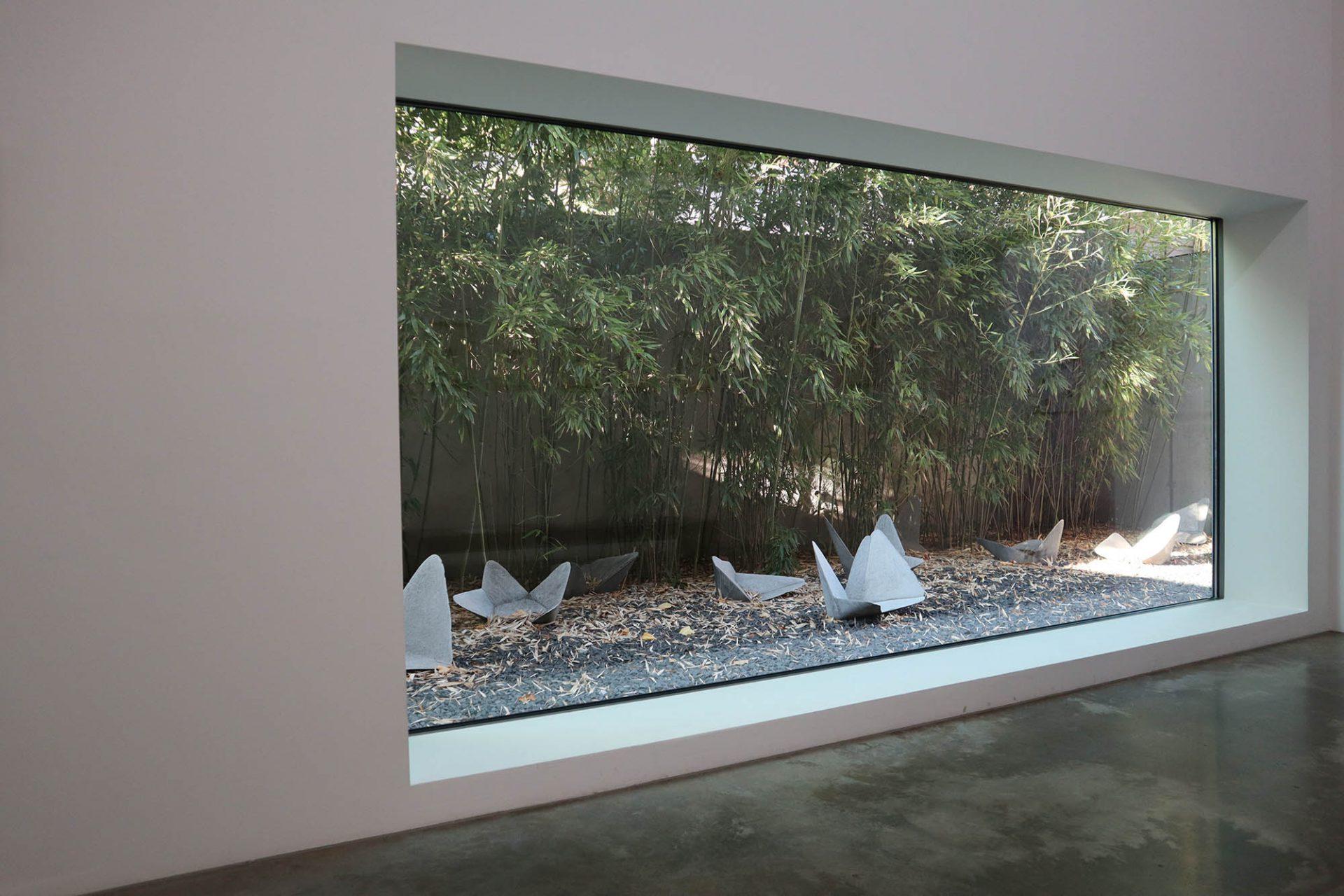 Museum DKM. Fenster rahmen den Blick auf die Skulpturen im Außenraum.