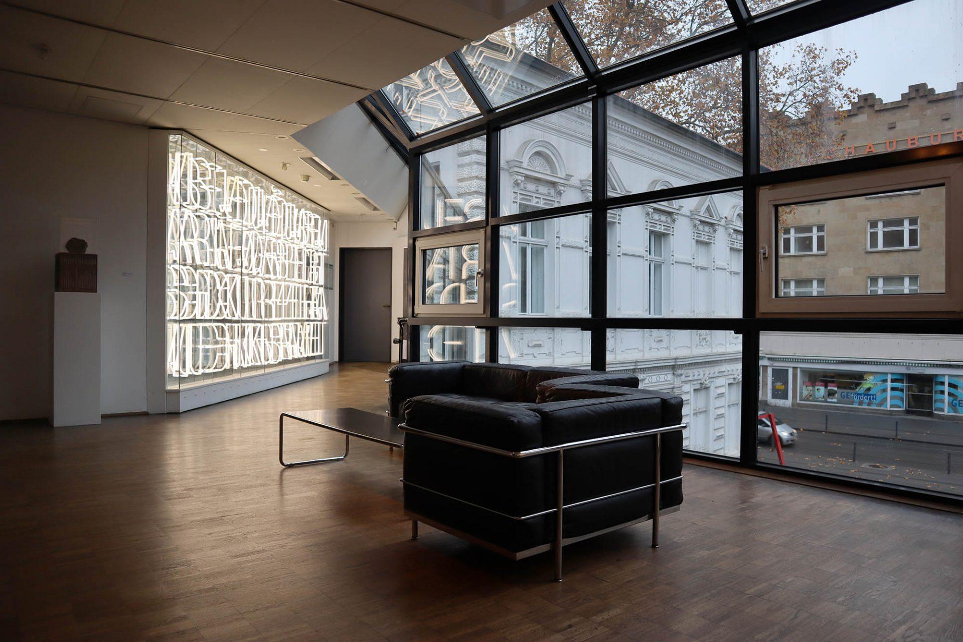 Kunstmuseum Gelsenkirchen. Die Leuchtschriftwand von Ferdinand Kwiet setzt nach innen und außen ein markantes Zeichen.