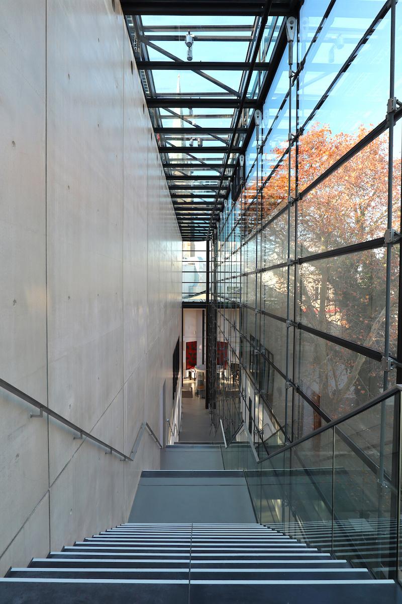 Emil Schumacher Museum. Die langgestreckte, alle Etagen verbindende Treppe ist das zentrale Motiv des Museums.