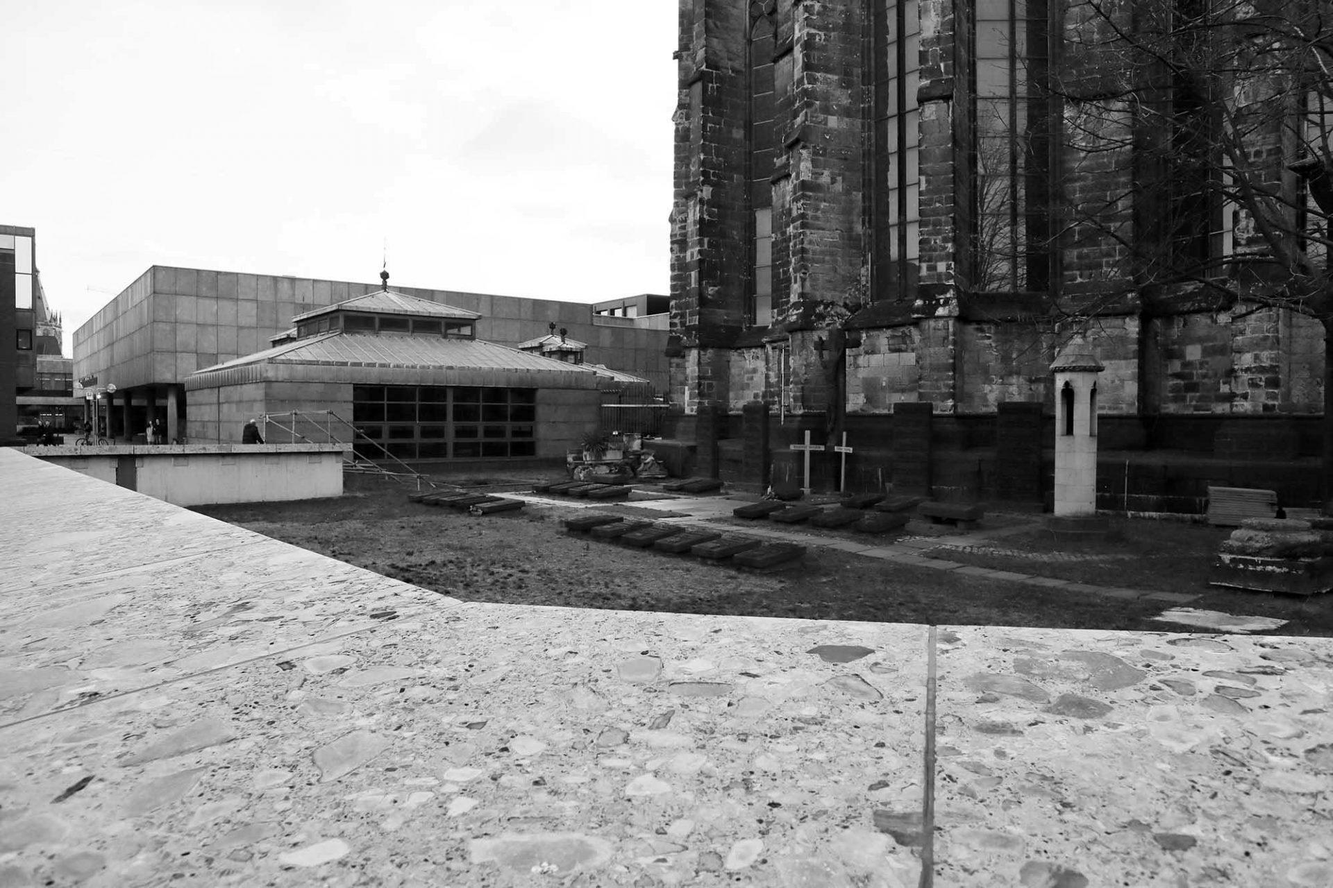Dombauhütte Köln. Die unteren Bereiche um den Hüttenhof auf der Südost-Seite des Domes entstanden zusammen mit dem Bau des Römisch-Germanischen Museums nach Entwürfen von Heinz Röcke und Klaus Renner (1969/70). Den Neubau der oberen Hüttengebäude entwarf Bernd Billecke (1983-1984).