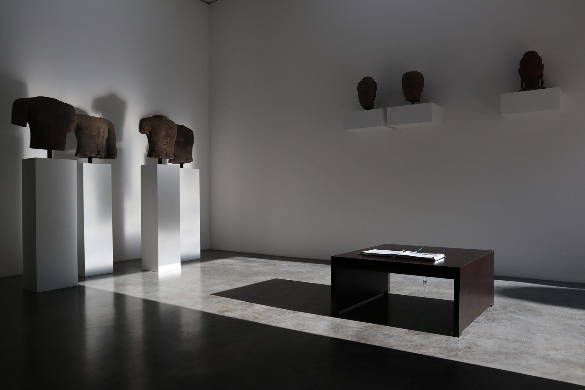 Museum DKM. Durch wenige Öffnungen fällt natürliches Licht in die Ausstellungsräume des Anbaus.