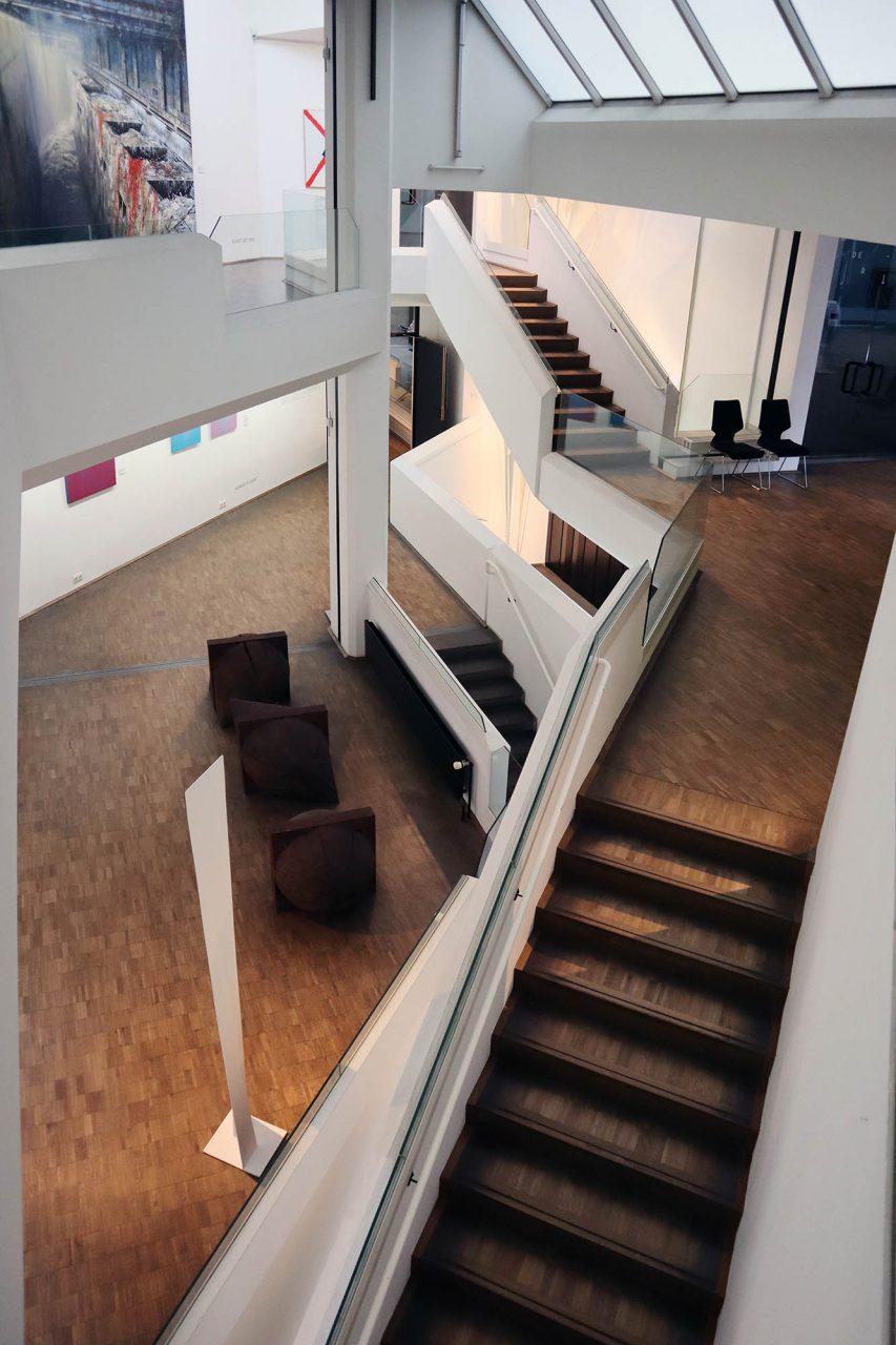 Kunstmuseum Gelsenkirchen. Der nach außen nüchterne Anbau scheint im Inneren im Fluss. Split Levels und Galerien eröffnen wechselnde Perspektiven auf Kunst und Räume.