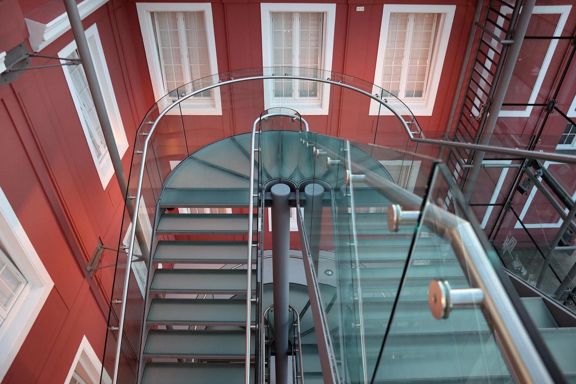 Ludwiggalerie Schloss Oberhausen. Zentrales Element des neuen gläsernen Foyers von Eller+Eller Architekten ist eine unaufgeregt gestaltete Treppe.