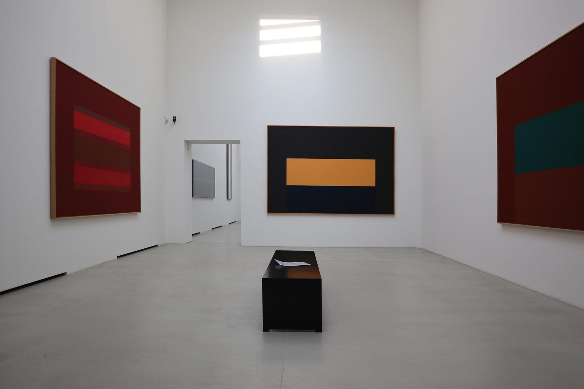 Museum DKM. Werke des Düsseldorfer Malers Ulrich Erben sind in der oberen Etage zu sehen. Er entwickelte auch das Farbkonzept für die Fassade.