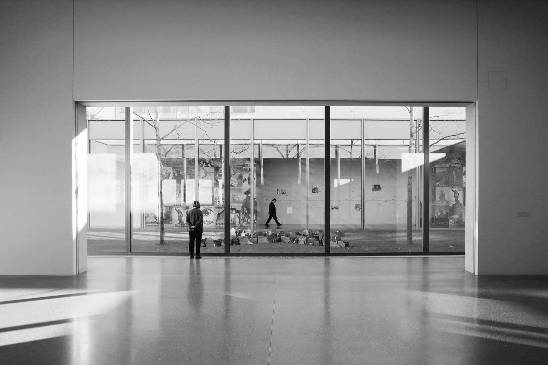 Museum Folkwang. Verschiedene Höfe vermitteln immer wieder zwischen innen und außen.