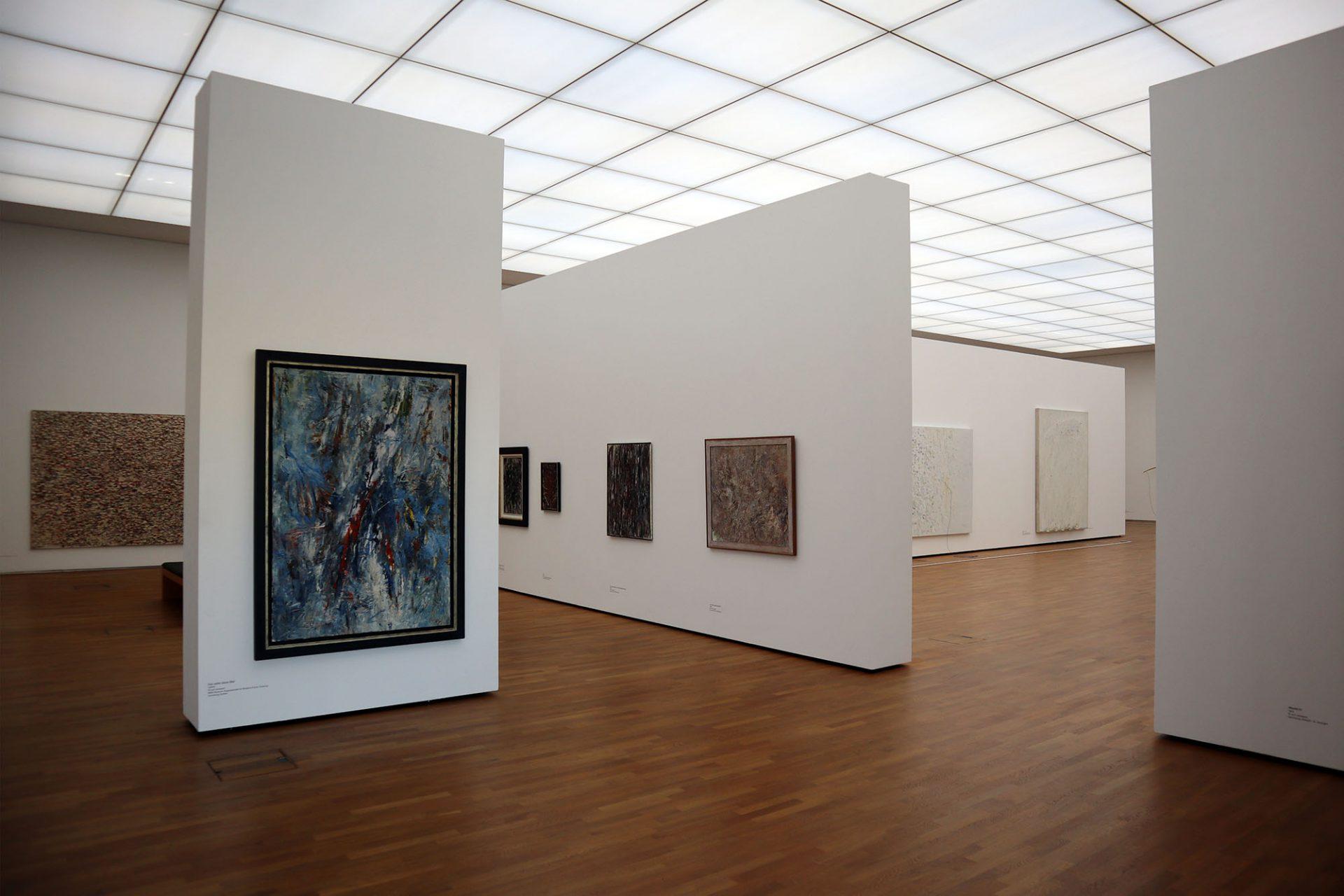 Emil Schumacher Museum. Der Saal in der zweiten Etage ist vollständig mit einer Lichtdecke überfangen, der Schumachers großformatige Arbeiten auf Leinwand und Holz aufnimmt. Hier werden in wechselnden Ausstellungen sämtliche Aspekte seines Werkes beleuchtet.