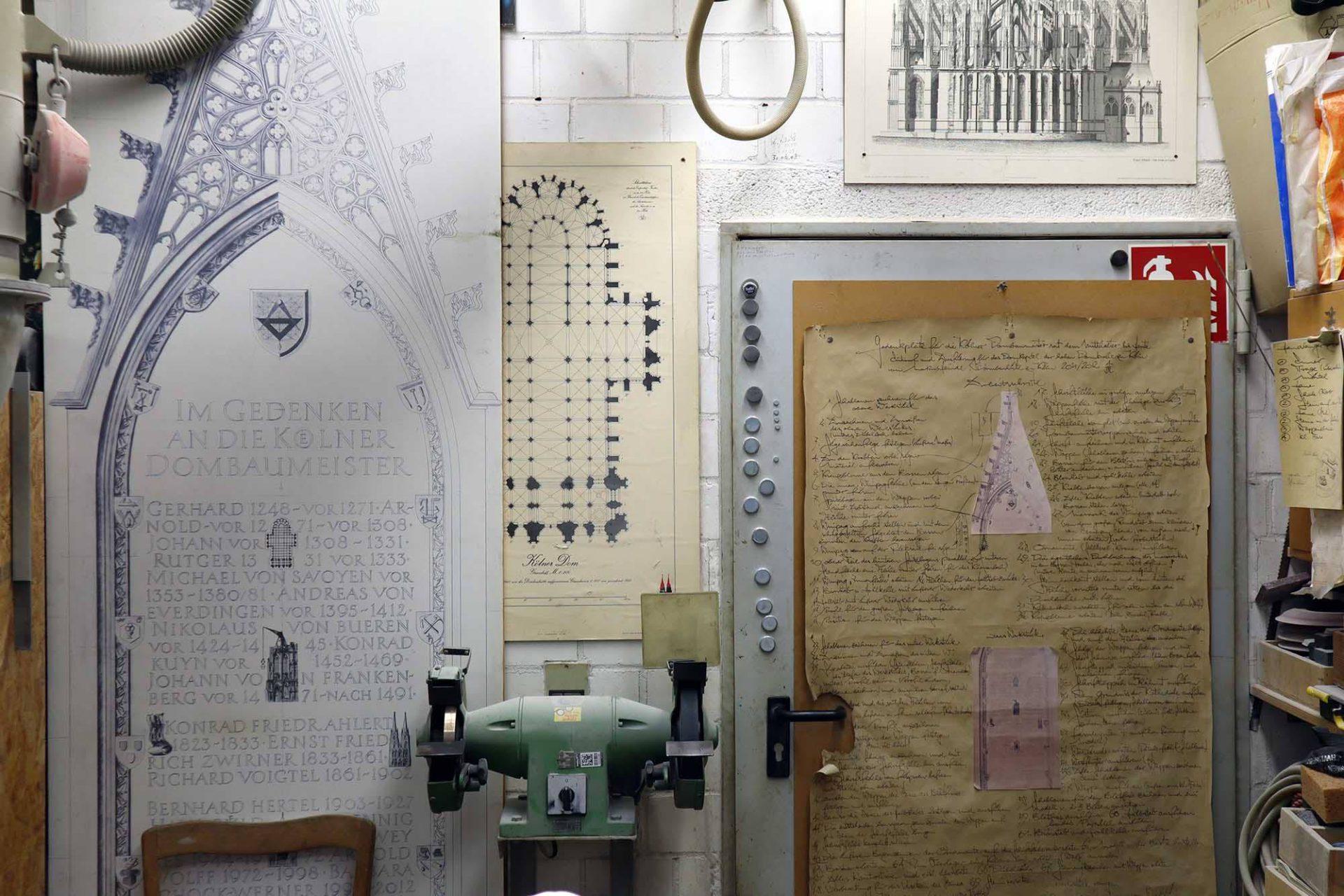 Dombauhütte Köln. Als Vorlage dienen auch historische Texte, Zeichnungen und Fotografien.