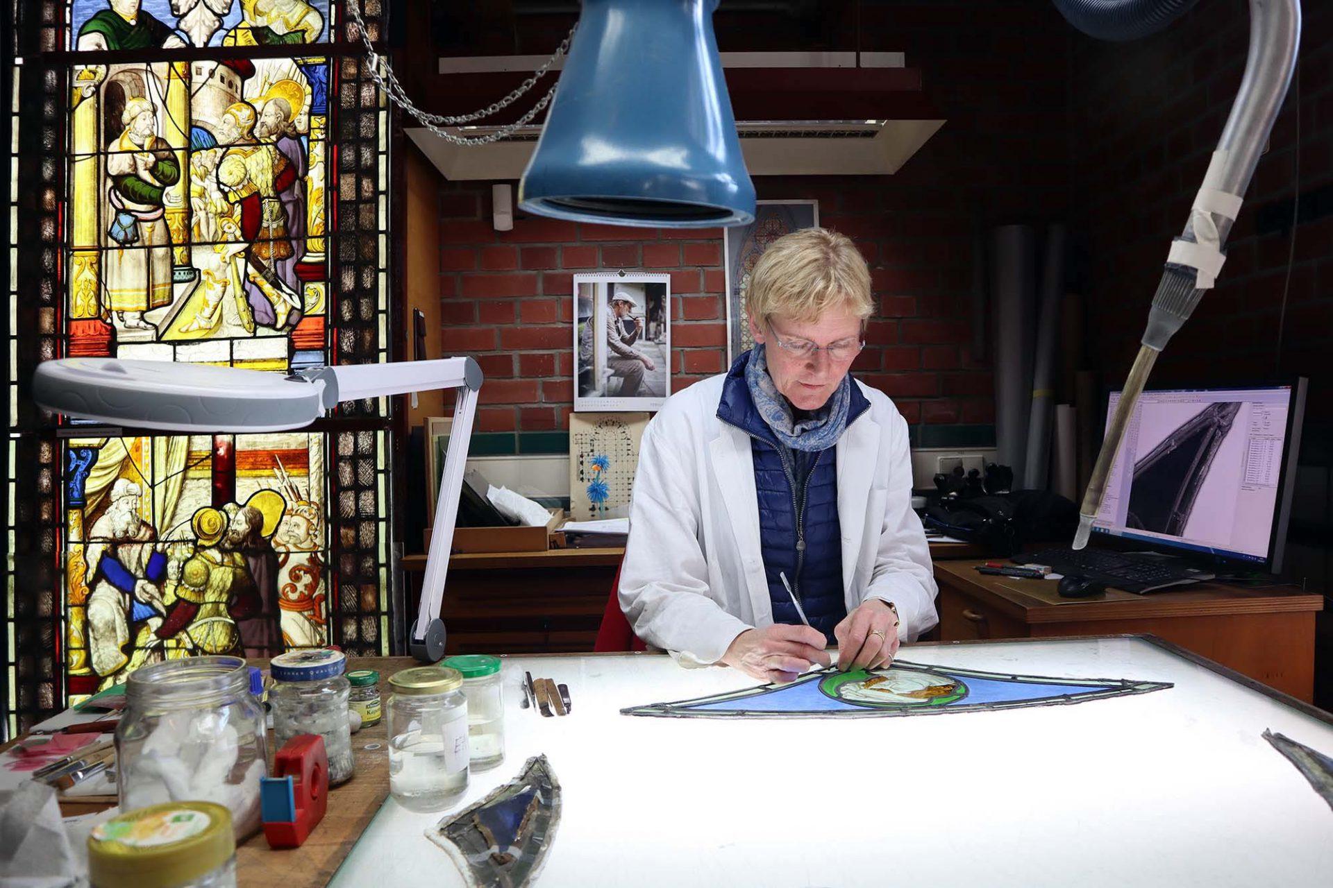 Dombauhütte Köln. Karola Müller-Weinitschke ist Restauratorin in der Glaswerkstatt und seit 33 Jahren an der Dombauhütte. Alle Objekte werden im Haus gesichtet, gesichert und aufgearbeitet.