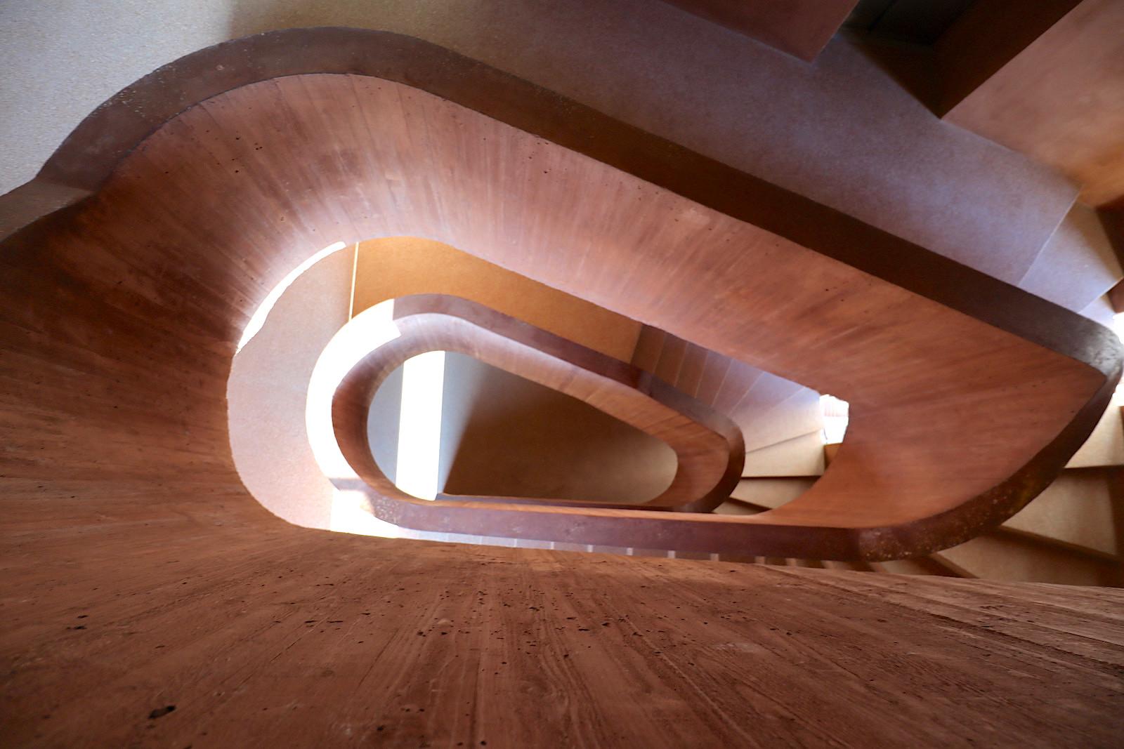 MKM Museum Küppersmühle für Moderne Kunst. Die einläufig gewendelte Betontreppe ist mit der Brüstung in einem Guss ausgeführt. Die Führungslinie verläuft um ein ovales Treppenauge in sanften Schleifen.