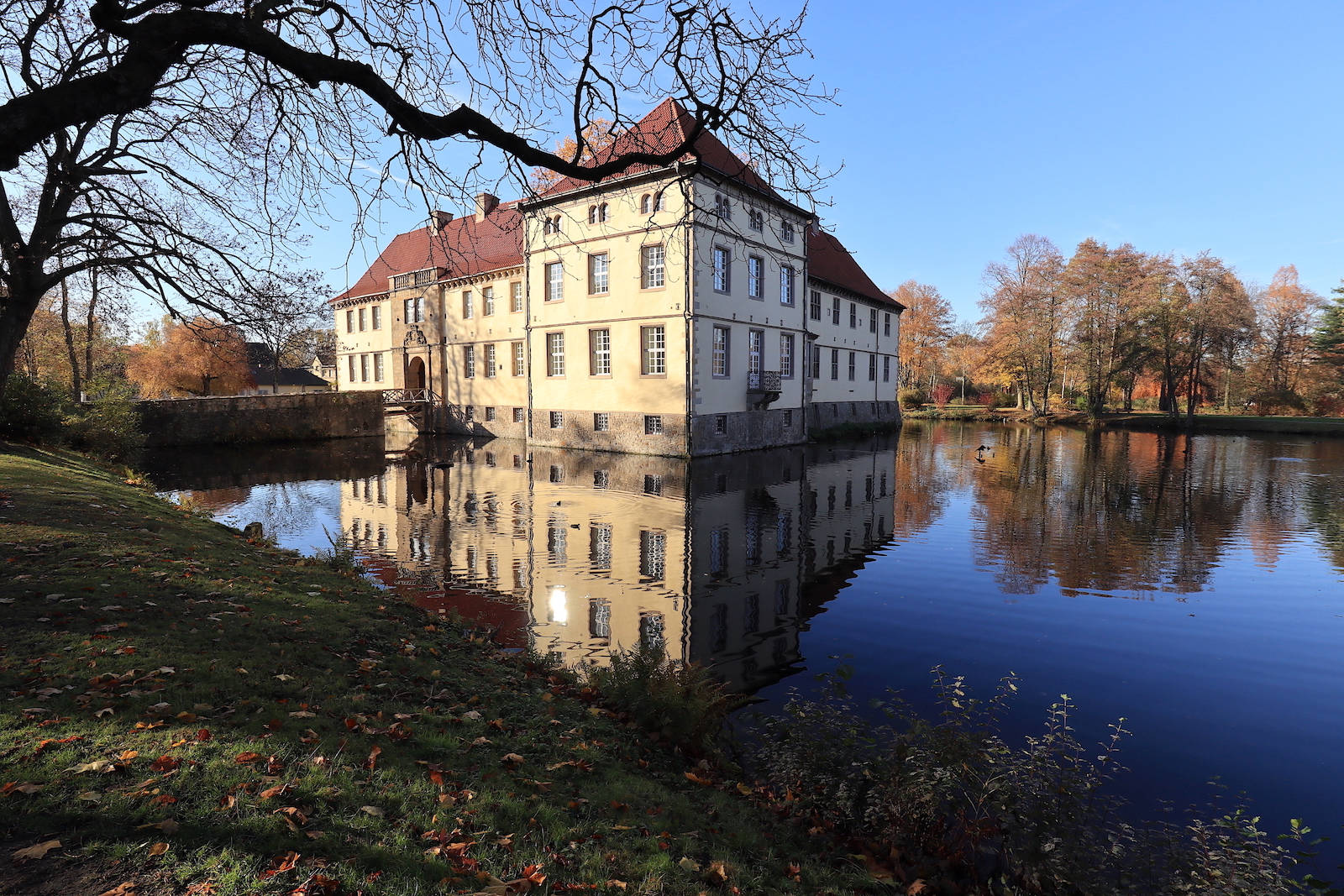 Emschertal-Museum Herne, Städtische Galerie. Ein von Wasser durchzogener, idyllischer Park mit Schloss, Kapelle und der Villa der Städtischen Galerie.