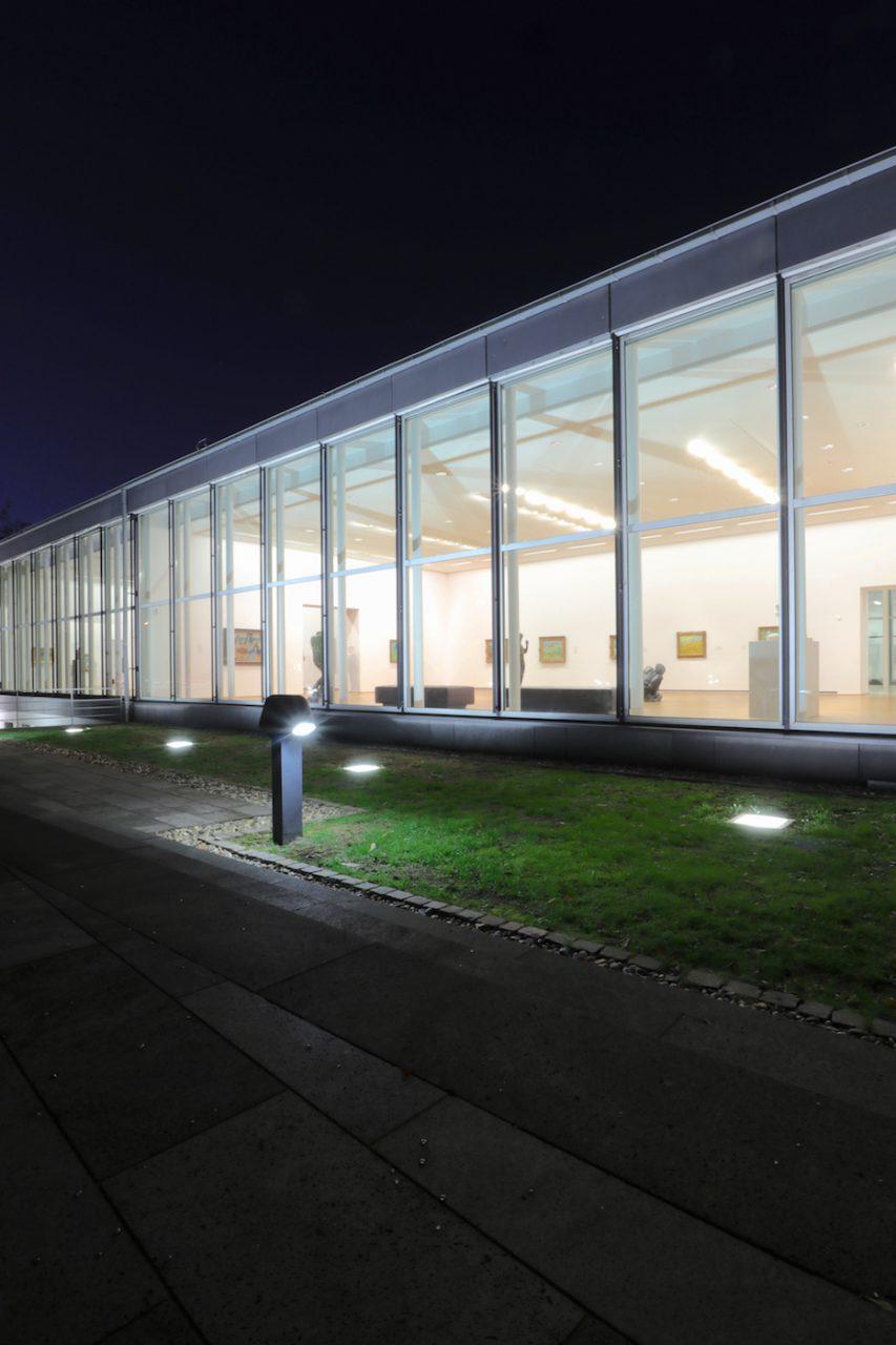Museum Folkwang. Das langgestreckte Gebäudeteil an der Kahrstraße leuchtet abends wie eine transparente Vitrine.