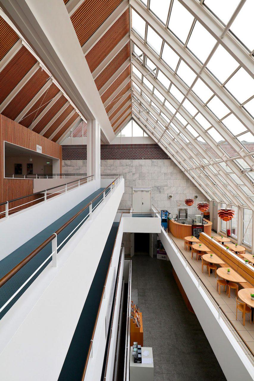 Gustav-Lübcke-Museum. Ein zentrales Element im Gustav-Lübcke-Museum ist das Glasatrium, das Orientierung gibt und für Offenheit steht.