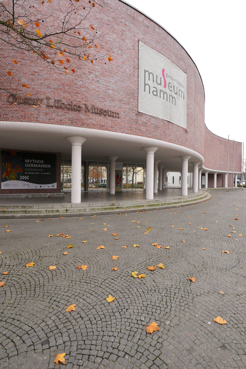 Gustav-Lübcke-Museum. Der Entwurf für den Komplex wurde von den dänischen Architekten Jørgen Bo und Vilhelm Wohlert erstellt. Die Fertigstellung war 1993.