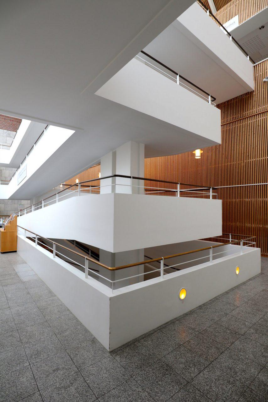 Gustav-Lübcke-Museum. Eine Rampe verbindet die einzelnen Etagen der Ausstellungsbereiche.