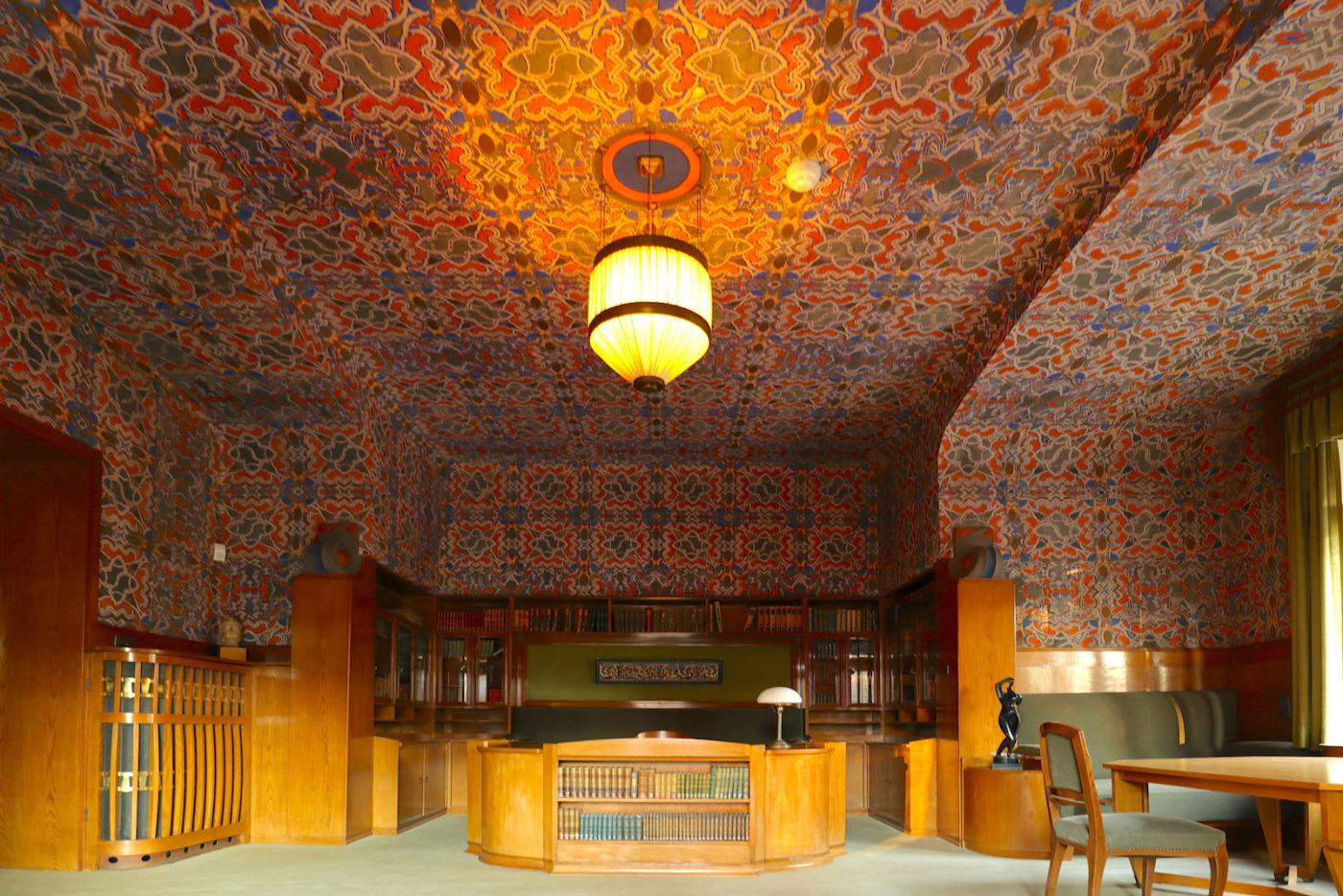 Hohenhof. Besonders farbenfroh ist Osthaus Arbeitszimmer ausgestaltet. Die Schablonenmalerei an Wand und Decke kommt von Jan Thorn Prikker. Henry van de Velde soll ganz und gar nicht damit einverstanden gewesen sein.
