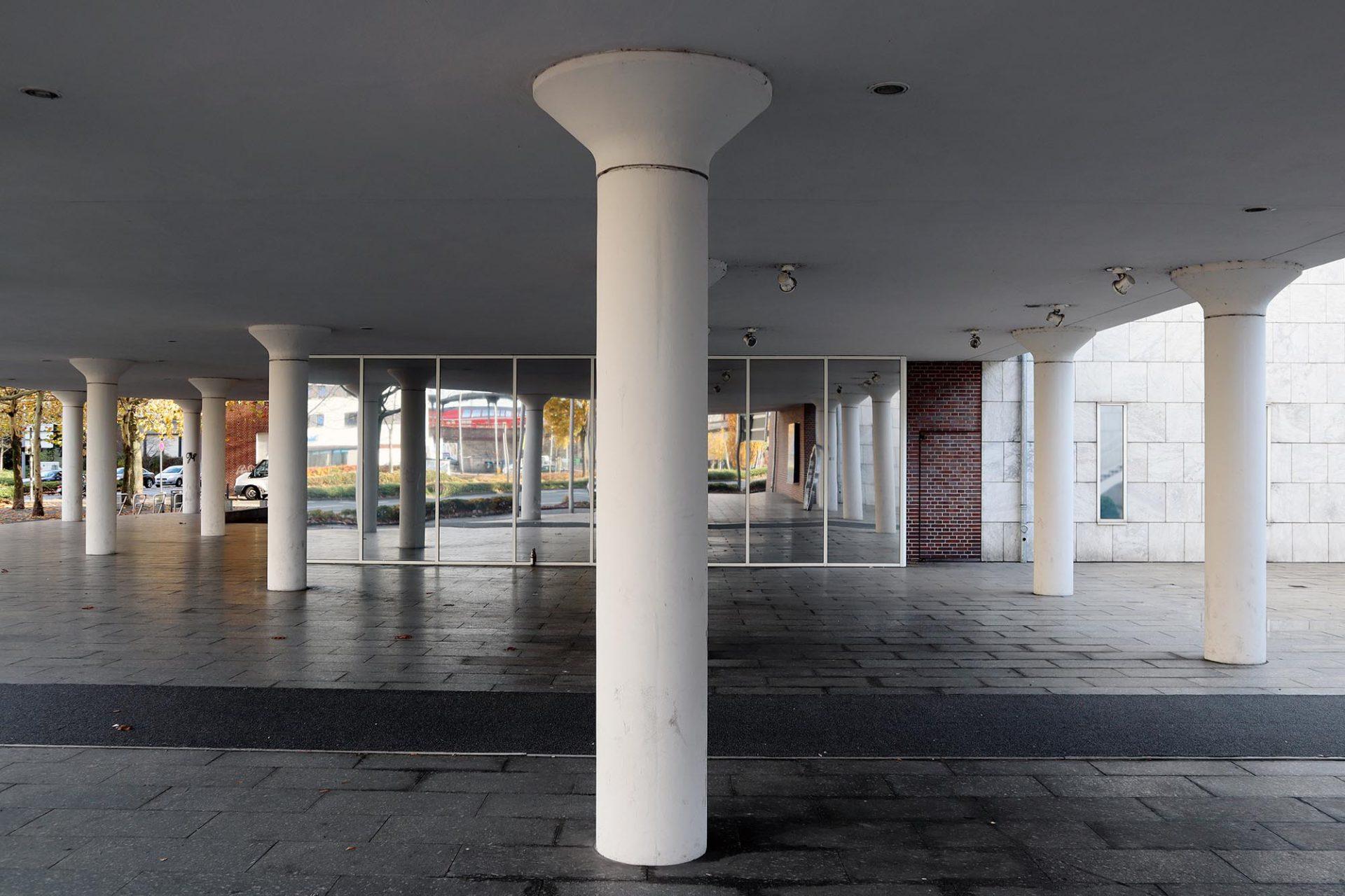 Gustav-Lübcke-Museum. Zur Neuen Bahnhofsstraße hin ist das Gebäude offen und durchlässig gestaltet.
