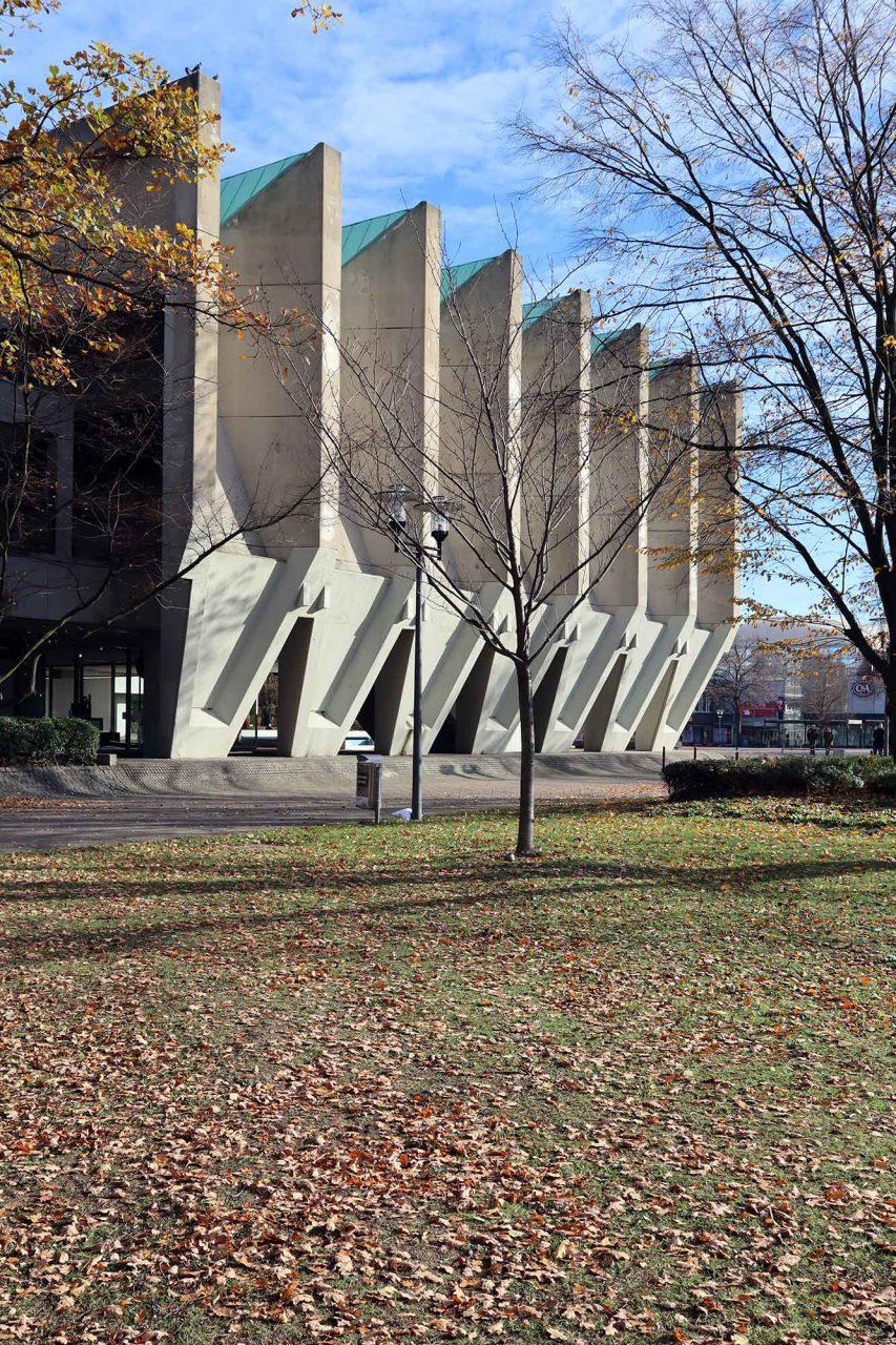 Skulpturenmuseum Glaskasten. Das Spannbeton-Faltwerkdach des Sitzungstrakts des Rathauses ist 60 Meter lang und 28 Meter breit.