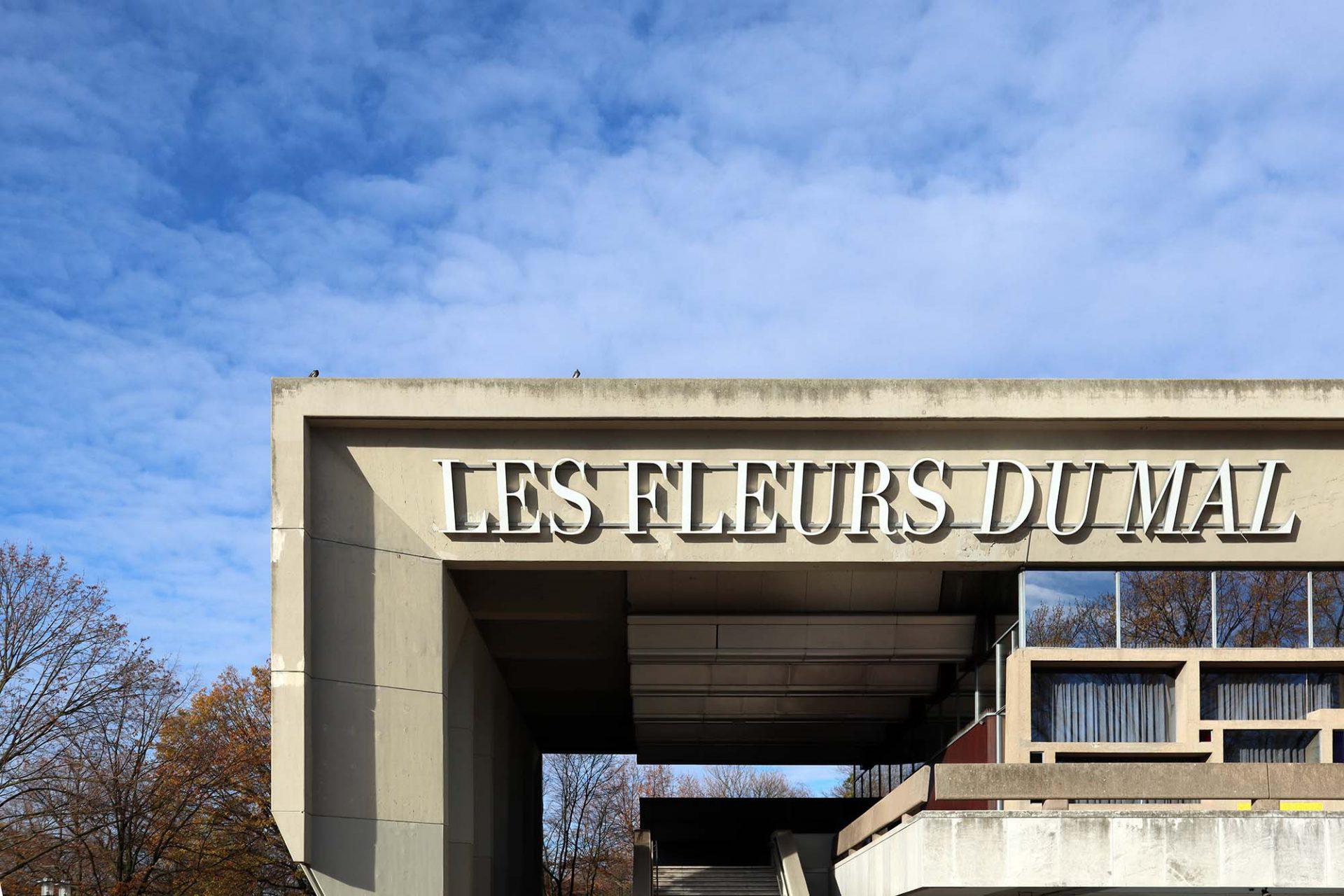 Skulpturenmuseum Glaskasten. Das Skulpturenmuseum Glaskasten wurde 1982 unter dem 60 Meter langen Sitzungstrakt des Rathauses (Fertigstellung 1967) der niederländischen Architekten Johan Hendrik van den Broek und Jacob Berend Bakema eröffnet.