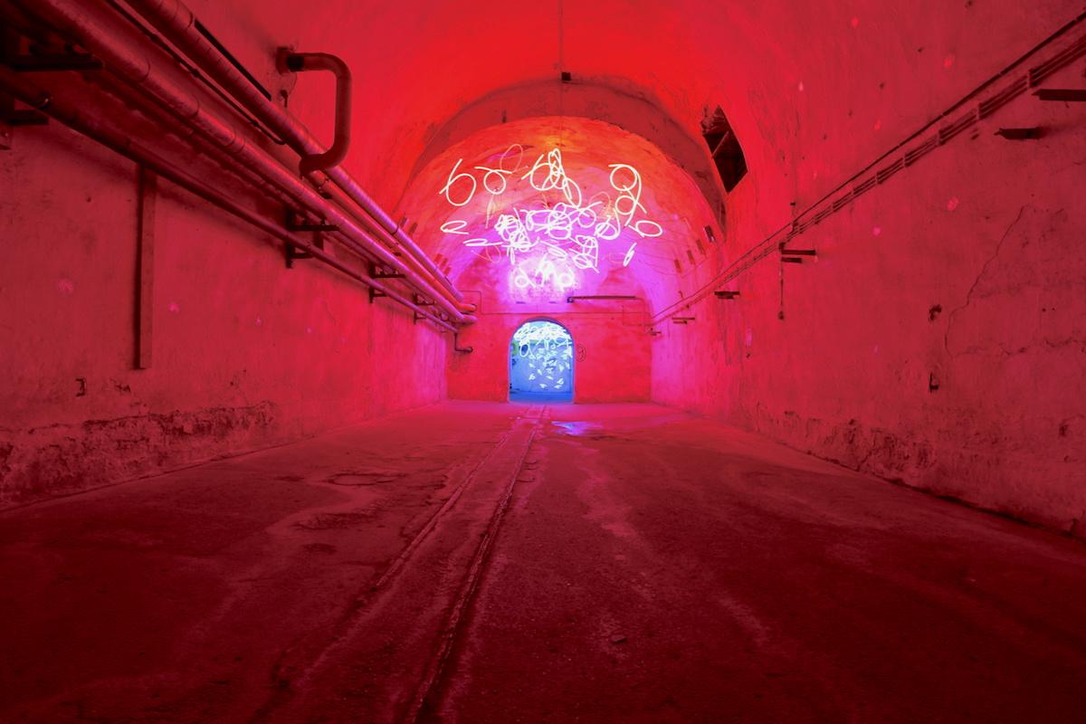 """Zentrum für Internationale Lichtkunst. Die Eingriffe in den Gewölben sind minimal. Umso eindrücklicher sind die Licht-Werke, hier von Keith Sonnier im """"Tunnel of Tears""""."""