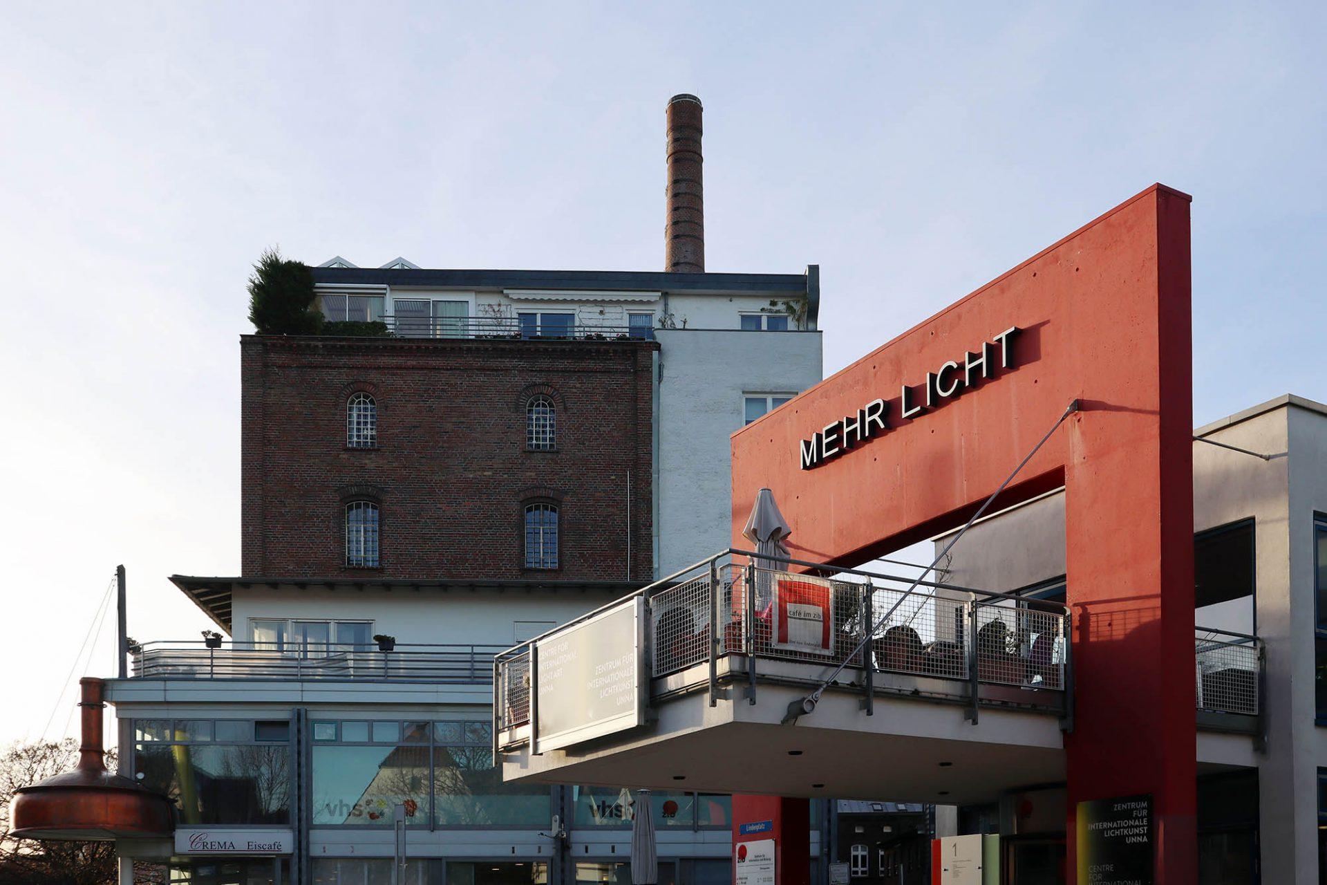 Zentrum für Internationale Lichtkunst. Aus der ehemaligen Lindenbrauerei wurde ab 1991 das Zentrum für Information und Bildung. Die Ausstellungsräume für internationale Lichtkunst gibt es seit 2001.