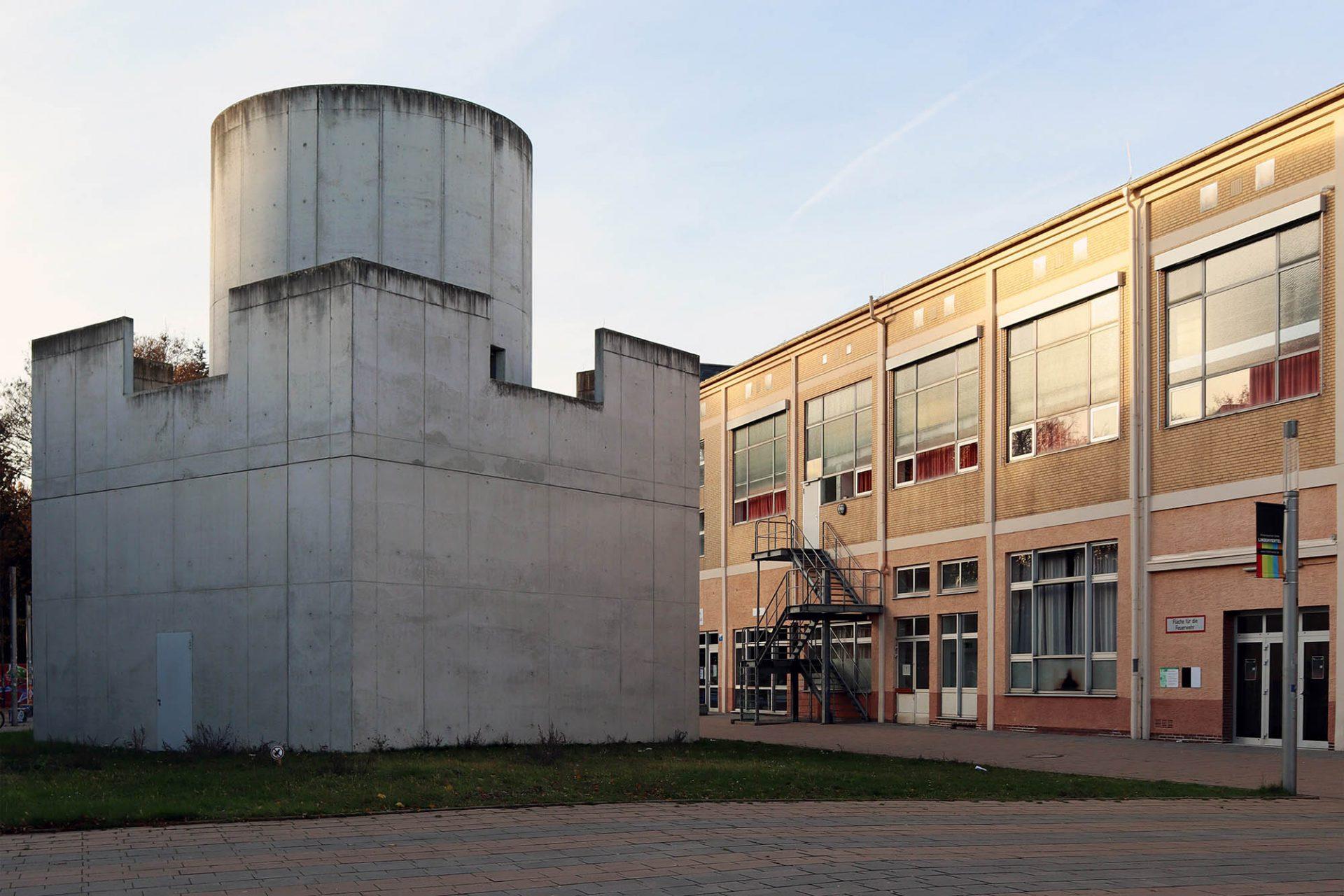 """Zentrum für Internationale Lichtkunst. Der Sichtbetonbau beherbergt zugleich auch das Kunstwerk """"Skyspace Third Breath"""" von James Turrell (mit weicken architekten, Unna)."""