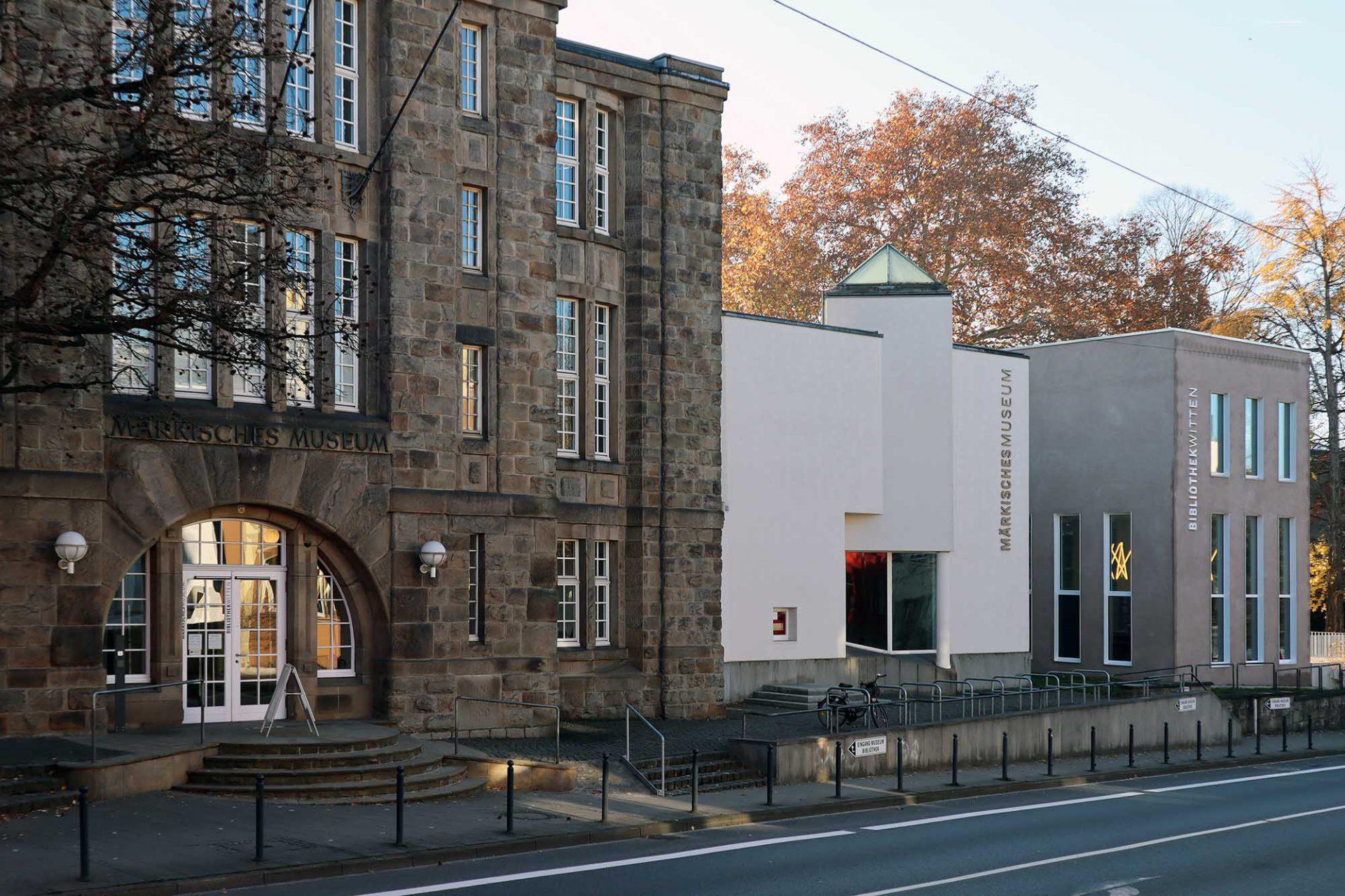 Märkisches Museum. Dreiteilig: die Sandsteinfassade der Betonkonstruktion des Märkischen Museums Witten von Carl Franzen (li.), der Anbau von 1988 und die neue Bibliothek von Oliver Silge vom Architekturbüro Leistungsphase aus Nordkirchen.