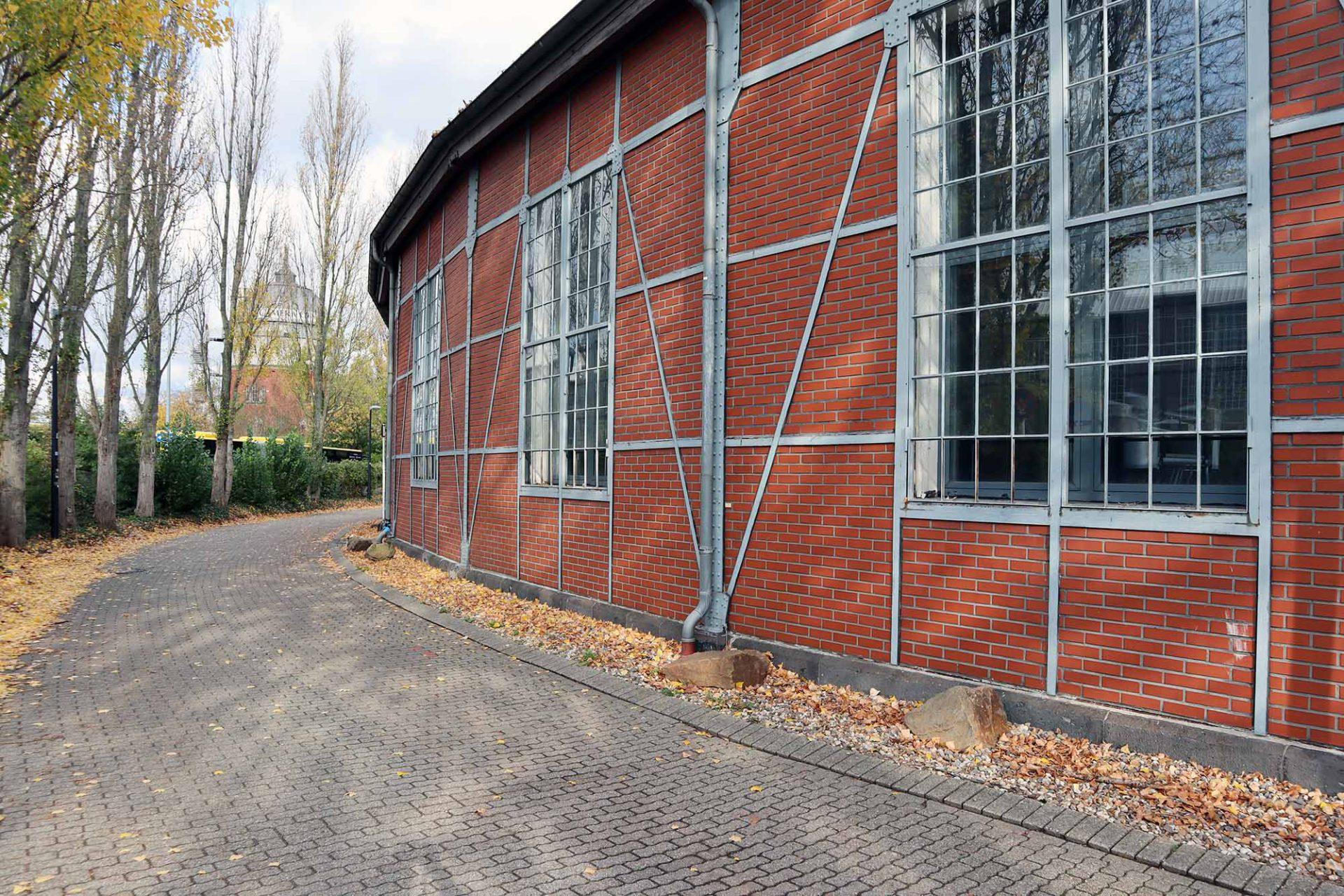 Ringlokschuppen Ruhr. Die Bahnbetriebsstelle Speldorf bestand aus etwa fünf Gebäuden. Die Drehscheibe wurde bereits 1943 zerstört und war seitdem nicht mehr als solche in Betrieb.